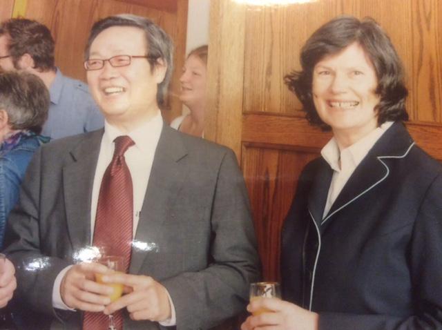 מאן יאן עם אשתו. נציגי המפלגה איימו על שלום משפחתו אם לא ישתף איתם פעולה | תמונה: באדיבות מן יאן